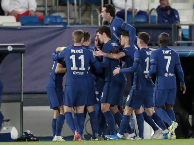 Hráči Chelsea oslavujú úvodný gól Christiana Pulišiča