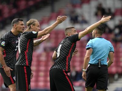 Chorvátski futbalisti gestikulujú počas