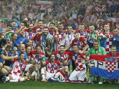 Hráči Chorvátska napriek finálovej prehre oslavovali historický úspech