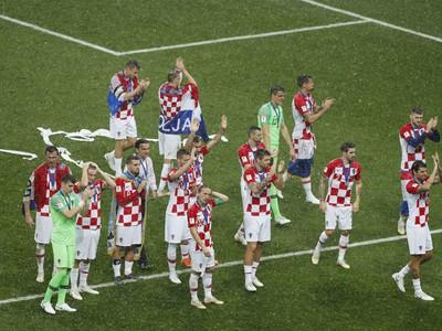 Hráči Chorvátska ďakujú fanúšikom po finálovej prehre