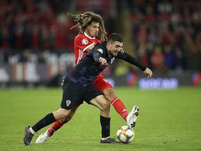 Ethan Ampadu (v červenom) bojuje o loptu