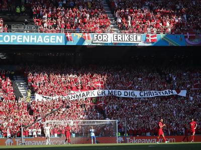 Dánski fanúšikovia s transparentom