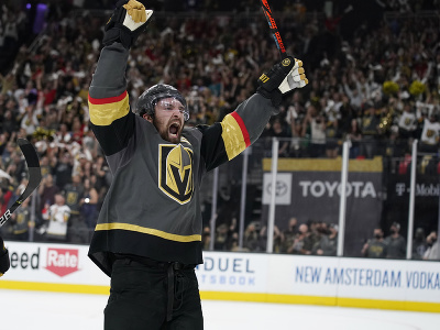 Útočník Vegas Mark Stone oslavuje víťazstvo svojho tímu