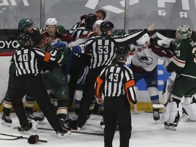 Hráči Minnesoty a Colorada sa bijú po zápase