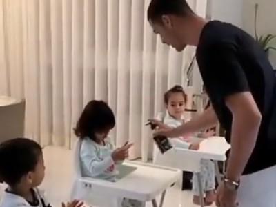Cristiano Ronaldo učí deti