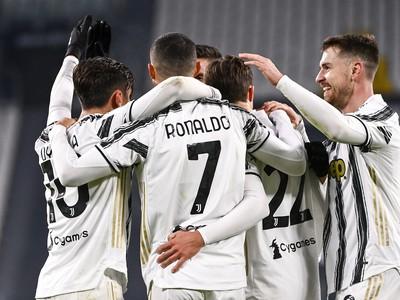 Hráči Juventusu Turín oslavujú gól
