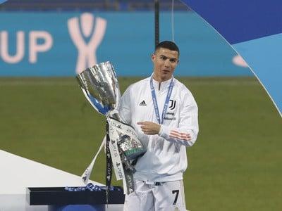 Cristiano Ronaldo oslavuje zisk talianskeho Superpohára