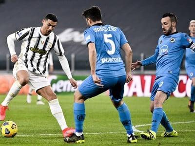 Cristiano Ronaldo sa snaží prejsť cez hráčov Spezie Calcio