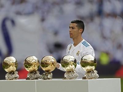 Cristiano Ronaldo pózuje s päticou Zlatých lôpt pred súbojom so Sevillou