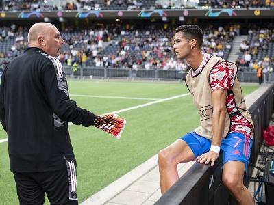 Futbalista Manchestru United Cristiano Ronaldo trafil pred zápasom pracovníka na štadióne