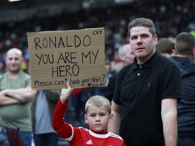 Mladý fanúšik Cristiana Ronalda s transparentom