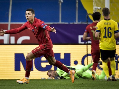 Cristiano Ronaldo z Portugalska sa teší zo svojho 100. reprezentačného gólu