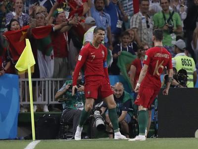 Cristiano Ronaldo a Bruno Fernandés oslavujú vedúci gól Portugalska
