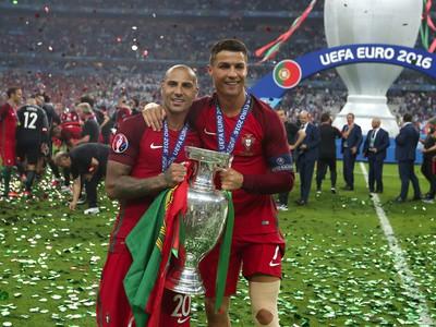 Cristiano Ronaldo (vpravo) a Ricardo Quaresma oslavujú titul