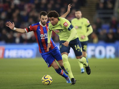 Hráč Bournemouthu Arnaut Danjuma (vpravo) uniká s loptou vo futbalovom zápase anglickej Premier League proti Crystal Palace