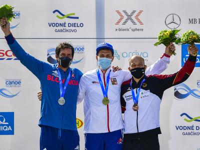 Stupeň víťazov (zľava): Alexander Slafkovský, Václav Chaloupka a bronzový Franz Anton z Nemecka
