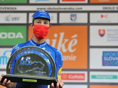 Nemecký cyklista Jannik Steimle (Deceuninck-QuickStep) oslavuje na pódiu víťazstvo v 2. etape 65. ročníka Medzinárodných cyklistických pretekov Okolo Slovenska v Dolnom Kubíne