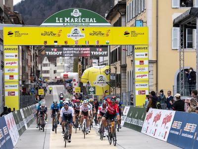Taliansky cyklista Sonny Colbrelli (vpravo) víťazí v 2. etape cyklistických pretekov Okolo Romandie
