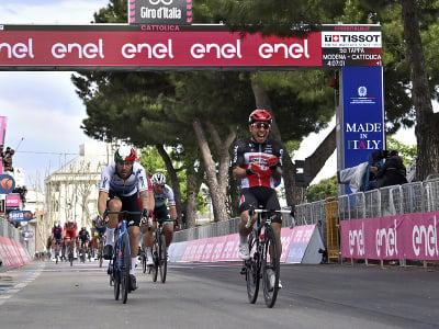 Caleb Ewan a jeho víťazné oslavy v cieli piatej etapy