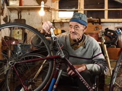 82-ročný Russ Mantle sa stal prvým Britom, ktorý prešiel na bicykli milión míľ