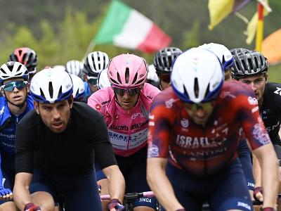 Pretekári počas 6. etapy cyklistických pretekov Giro d'Italia z Grotte di Frasassi do Ascoli Picena