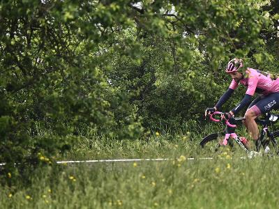 Vedúci pretekár celkového poradia Talian Filippo Ganna z tímu Ineos Grenadiers počas 4. etapy