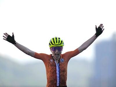 Annemiek van Vleutenová oslavuje v cieli triumf nevediac o tom, že je až druhá