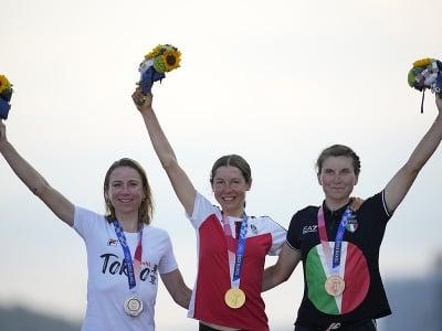 Anna Kiesenhoferová (v strede) na stupni víťazov