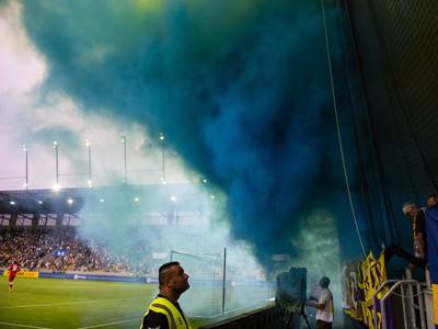 zapaľujú dymovnice na tribúne počas zápasu so Slovanom Bratislava