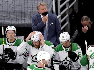 Tréner tímu Dallas Stars pozerá na výsledkovú tabuľu