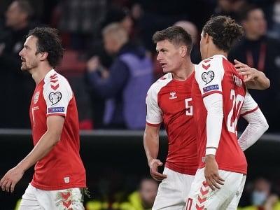 Dánsky futbalista Joakim Maehle (uprostred) sa teší z gólu