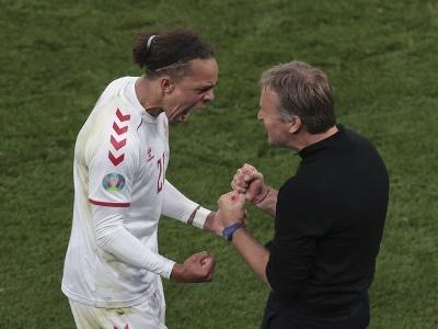 Yussuf Poulsen a tréner Kasper Hjulmand oslavujú triumf Dánska