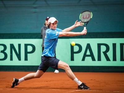 Slovenský tenista Filip Horanský počas úvodnej dvojhry Davisovho pohára