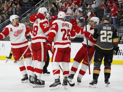 Hráči Detroitu Red Wings oslavujú gól
