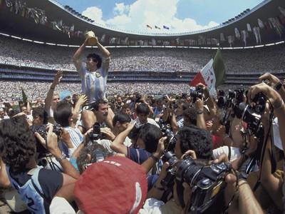 Diego Maradona s trofejou