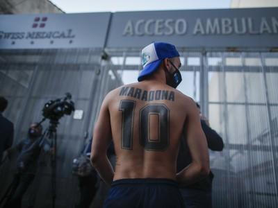 Fanúšik Maradonu pred klinikou,