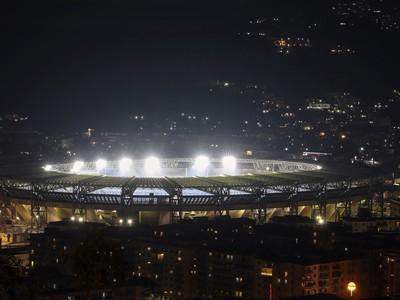 Vysvietený futbalový štadión Neapolu