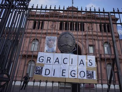 Fanúšikovia oplakávajú smrť božského Diega Maradonu v uliciach Buenos Aires