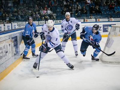 Zľava: Žiga Jeglič z HC Slovan Bratislava, Daniil Bokun a Jonathon Blum z Dinamo Minsk a Matúš Sukeľ z HC Slovan Bratislava