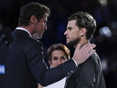 Marat Safin blahoželá Dominicovi Thiemovi