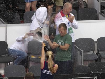 Dominika Cibulková strieka šampanským svojich tenisových fanúšikov po rozlúčke s reprezentačnou kariérou