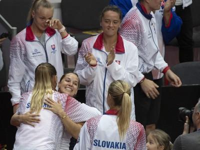 Dominika Cibulková v objatí Magdalény Rybárikovej po rozlúčke s reprezentačnou kariérou