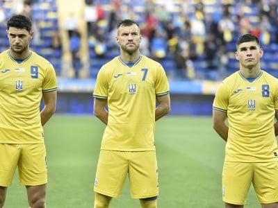 Na snímke ukrajinskí futbaloví reprezentanti, zľava Roman Jaremčuk, Andrij Jarmolenko a Ruslan Malinovský stoja v novej súprave dresov