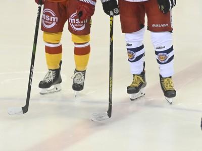 Hráči búchajú hokejkami o ľadovú plochu na znak protestu proti prístupu štátu k slovenskému hokeju