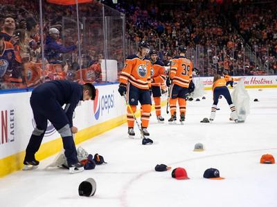 Connor McDavid dal hetrik, na ľade nechýbali čiapky fanúšikov