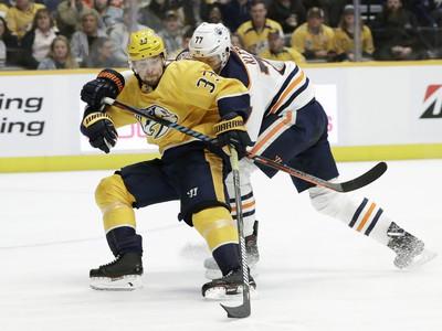Viktor Arvidsson a Oscar Klefbom so skríženými hokejkami