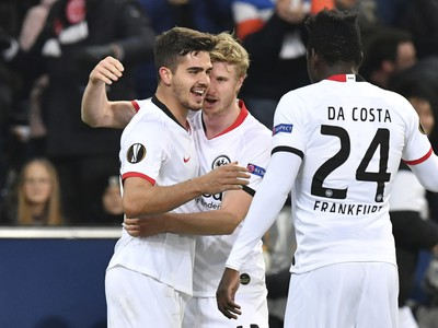 Hráči Eintrachtu oslavujú gól