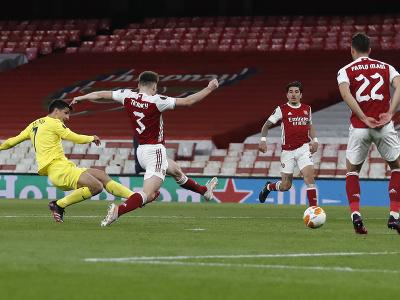 Gerard Moreno strieľa cez hráčov Arsenalu