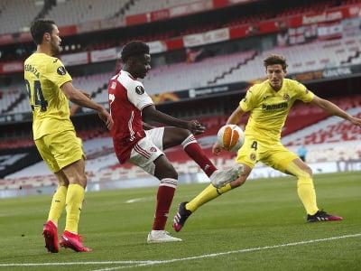 Bukayo Saka sa snaží vyhnúť dvom hráčom Villarrealu