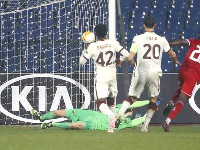 Hráči Ríma sa pozerajú na gól z kopačky Ali Sowea z CSKA Sofia